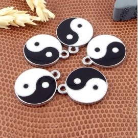 5 pendentifs emailles yin et yang noir et blanc metal argente 18mm