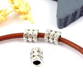 2 perles tube zamak plaque argent pyramide pour cuir rond 4mm