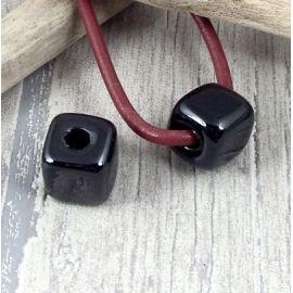 Perle passante ceramique carree outremer pour cuir rond